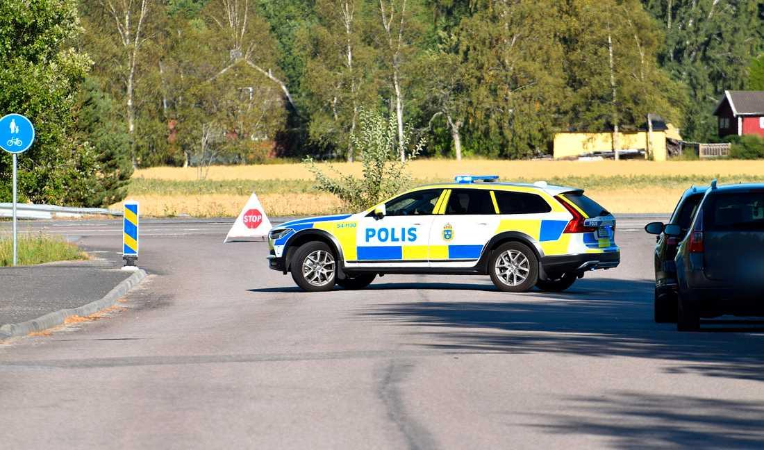 Väg 186 vid Grästorp spärras av.
