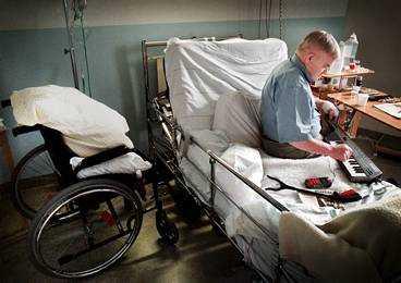 TVINGAS TA MORFIN I dag tvingas Åke Söderlund äta mängder av medicin och ta morfinsprutor mot smärtorna.