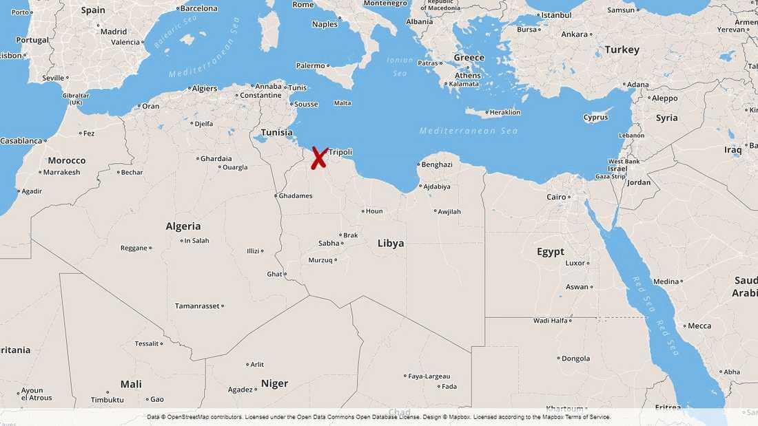 Flera hundra flyktingar har evakuerats från ett läger nära Libyens huvudstad Tripoli.