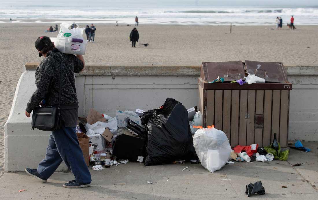 Sopor hopar sig vid Ocean Beach, ett nationalparksområde i San Francisco i USA. Under den pågående nedstängningen av statsapparaten håller nationalparkerna öppet, men med kraftigt nedskuren personalstyrka, vilket bland annat lett till att skräp blivit liggande.