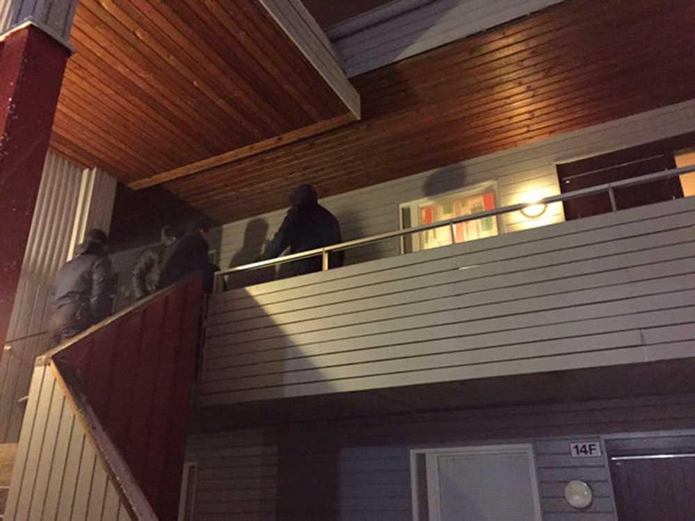 Polis på plats vid lägenheten där mannen greps.