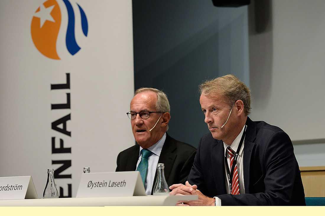 Styrelsens ordförande Lars G Nordström (tv) berättar om förlusten på 30 miljarder.