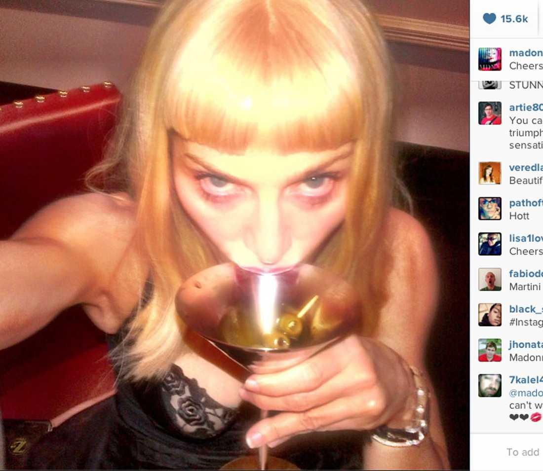 """Madonna tar en klunk och skriver: Cheers motherf-----s! I'm on Instagram""""."""