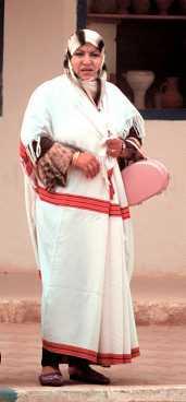 Berberkvinna i vita reskläder.