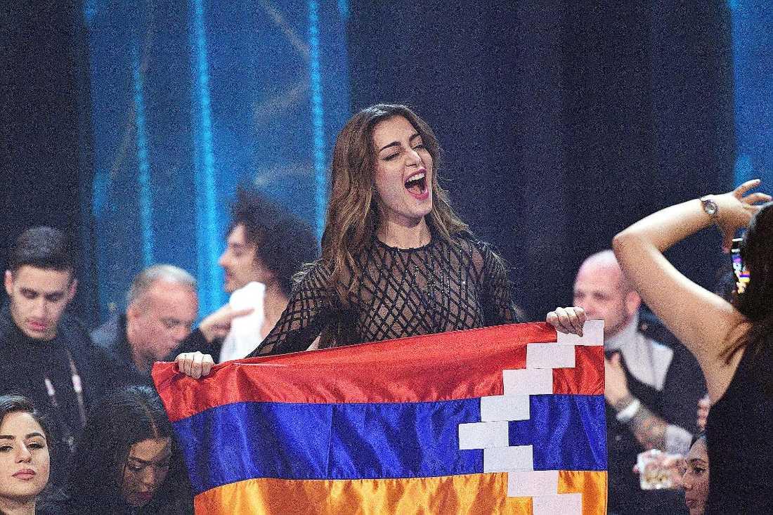 Armeniens sångerska Iveta Mukuchyan viftade med Nagorno-Karabachs flagga, vilket inte föll i god jord.