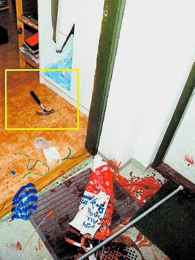 träffade huvudet Enligt förundersökningen slog 16-åringen pojken i huvudet och gick sedan in till föräldrarna som larmade polisen.