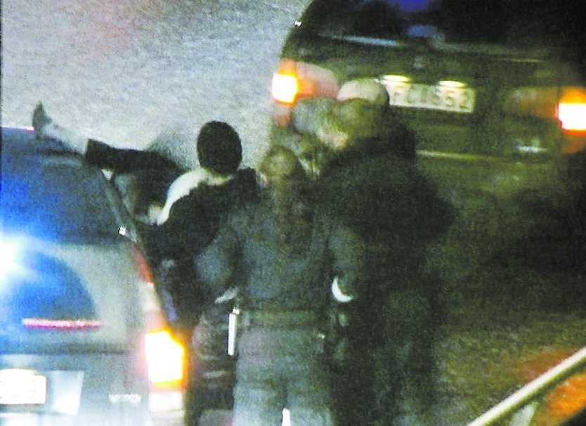 Anna Odell spelade psyksjuk på Liljeholmsbron i januari i år. Hon greps av polis och skickades till psykvården. Vad få då visste var att hon hade upplevt precis samma sak i verkligheten 1995.