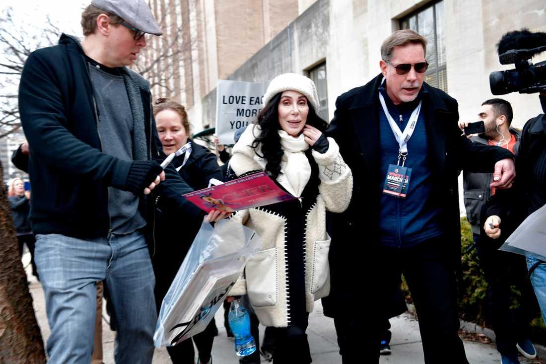 Cher under marschen.