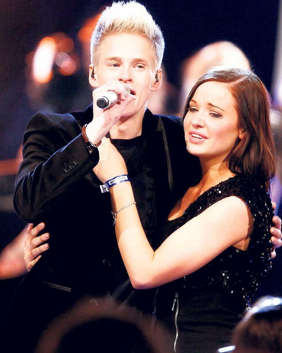 """När Erik Grönwall vann """"Idol"""" sprang hans flickvän Janina Warsén upp på scenen. Något som kritiserades av juryn."""