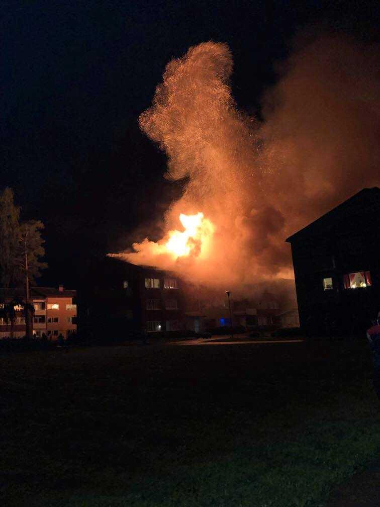 Över ett trettiotal lägenheter fick evakueras efter att en brand rasade i ett flerfamiljshus i Enköping under lördagskvällen.