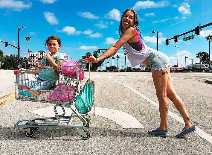 """Brooklynn Prince och Bria Vinaite i """"The Florida project"""". Filmen går upp på Stockholms filmfestival som startar i dag."""