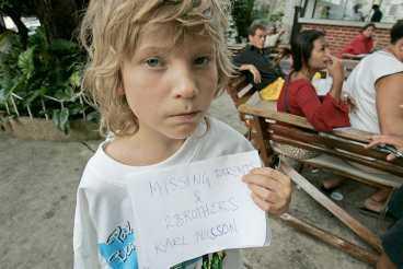 spreds över världen Den här bilden publicerades i tidningar runt om i världen och gav katastrofens offer ett ansikte. I dag bor han med släktingar i Boden.