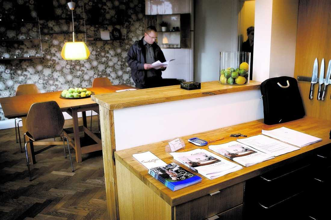 Mäklarens prospekt ligger orörda på köksbänken och det är nästan tomt i bostadsrätten på Dalagatan. Lägenhetsvisningen i Stockholm i går är ett tydligt tecken på lågkonjunkturen. Få vågar köpa nytt hem för miljoner när de inte vet hur länge jobbet finns kvar.