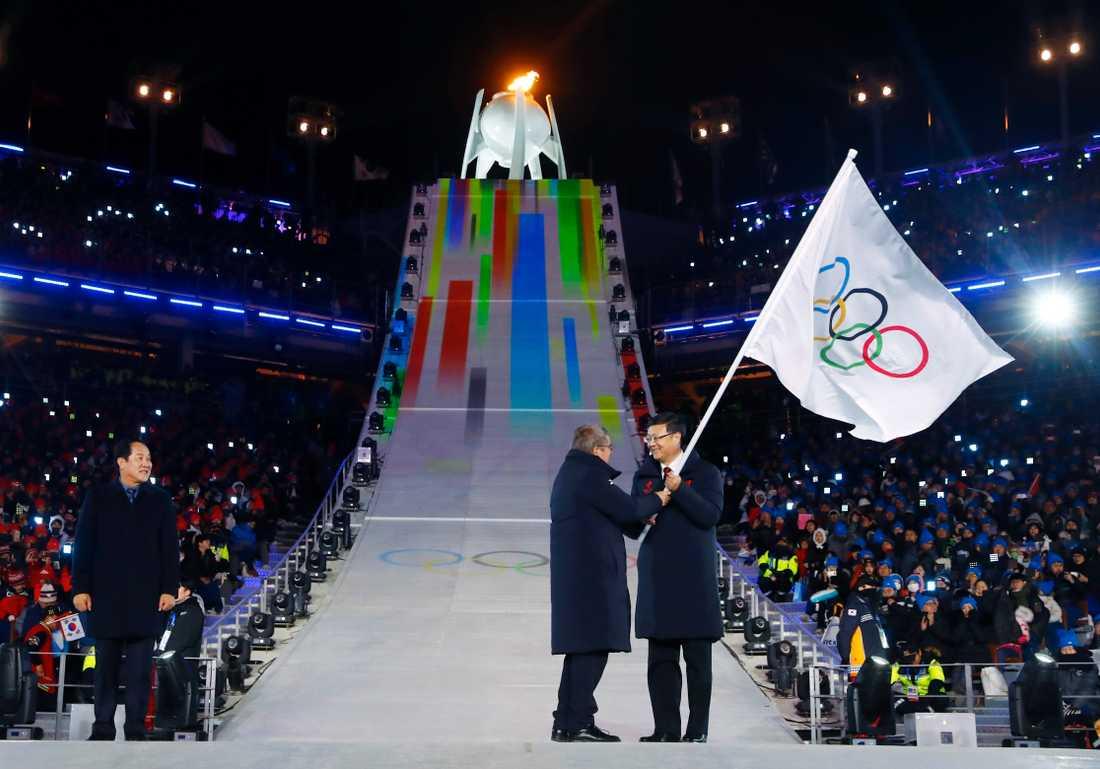 Pekings borgmästare får motta OS-flaggan från IOK:s president under avslutningsceremonin i OS i pyeongchang 2018