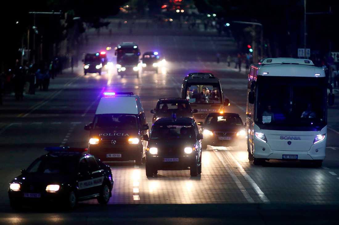 Serbiska spelarbussen fick poliseskort vid ankomst till Albaniens huvudstad Tirana.