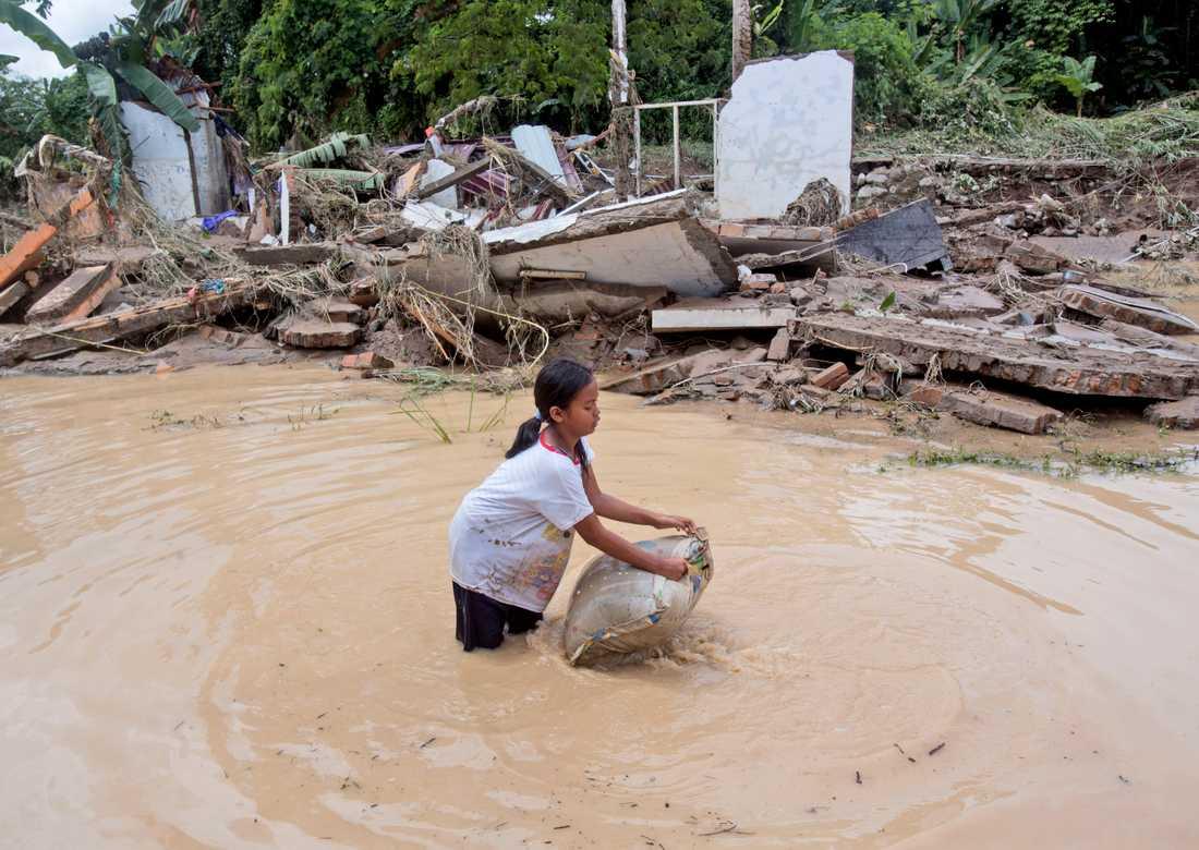 Bild från ett översvämmat samhälle i norra Sumatra, Indonesien, efter kraftiga regn i slutet av förra året. Arkivbild.
