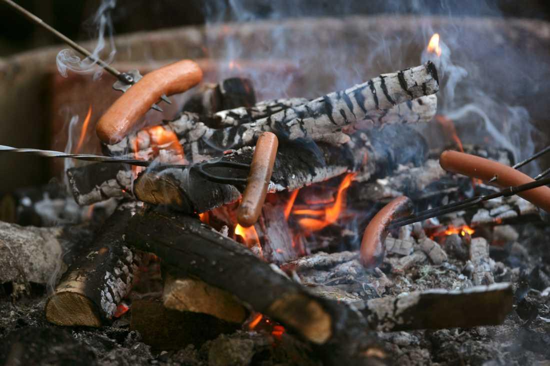Korvgrillning över öppen eld blir åter tillåtet från och med lördag klockan 09. Då häver länsstyrelsen Uppsala eldningsförbudet.
