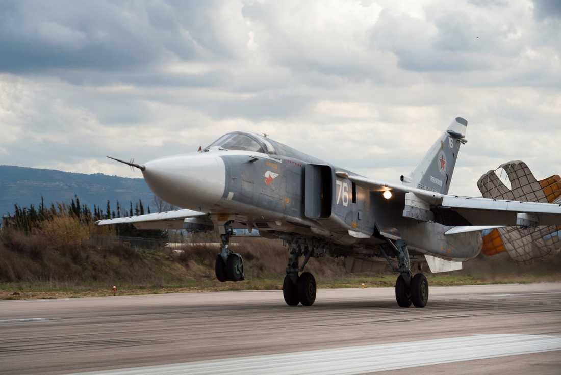 Ett ryskt stridsflygplan av typen SU-24 lyfter från den ryska flygbasen Hmeimim i Syrien för ett stridsuppdrag i landet. Arkivbild.