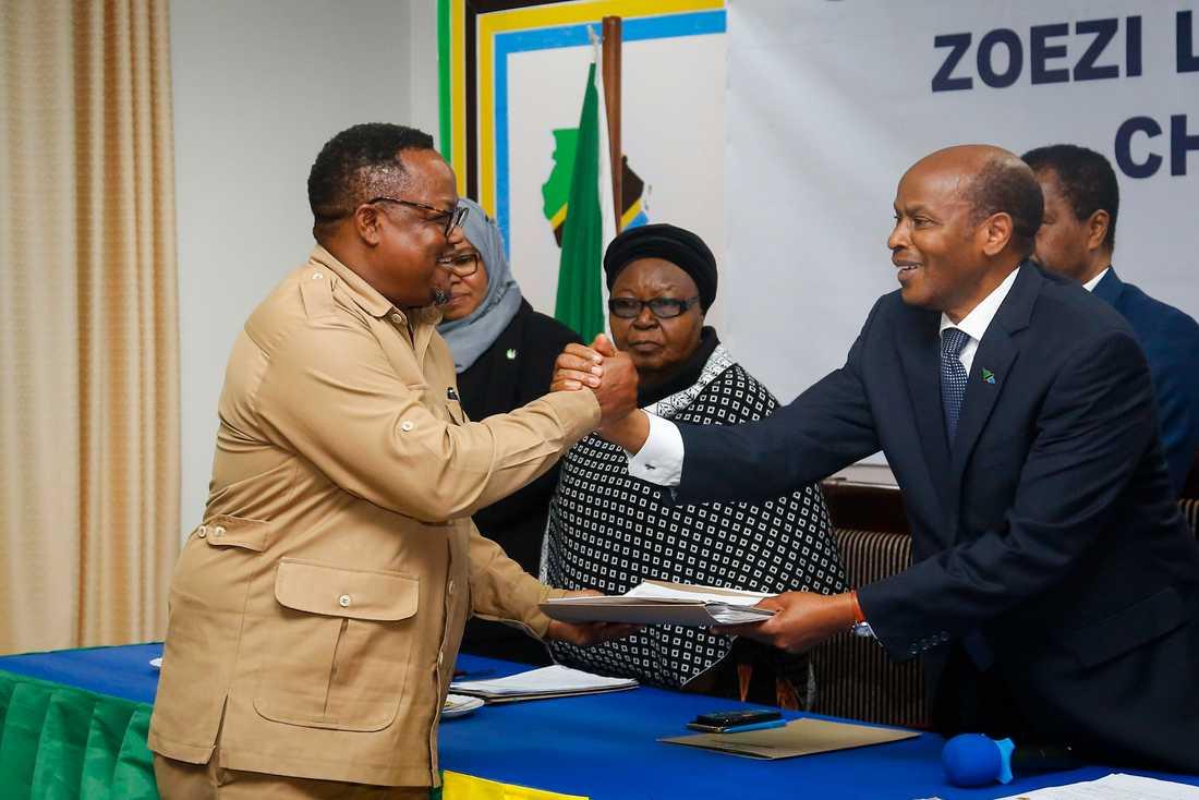 Det tanzaniska oppositionspartiet Chadema har varnat för valfusk inför valet den 28 oktober. På bilden lämnar partiets Tundu Lissu, till vänster, in sin valnominering i augusti.