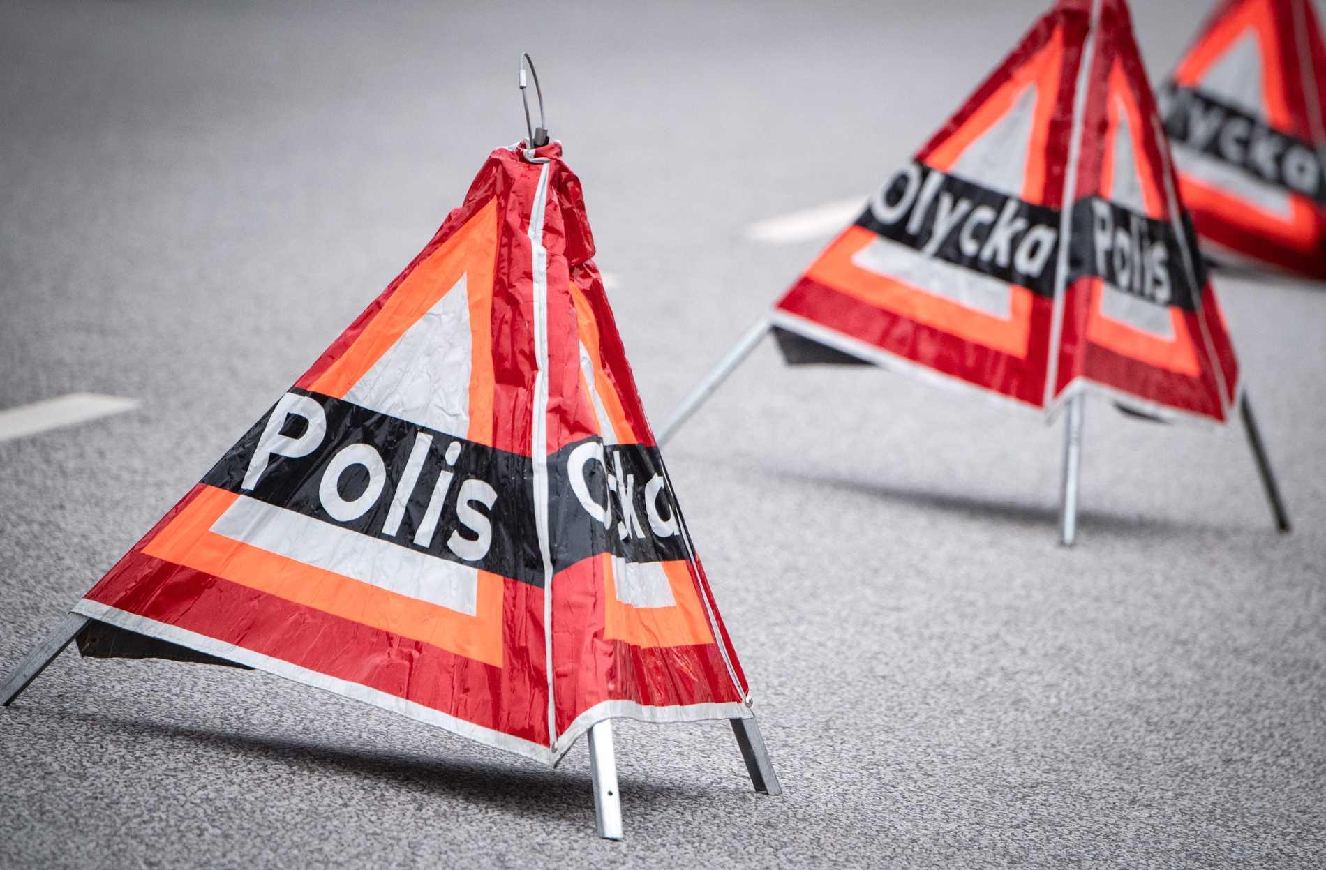 En kranbil har kört in i ett brofäste i Åby. Arkivbild.