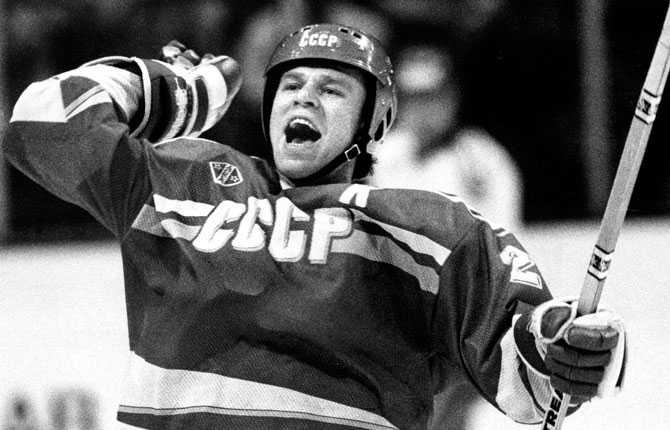Vjatjeslav Fetisov jublar. Bilden är från ishockey-VM i Sverige 1989.