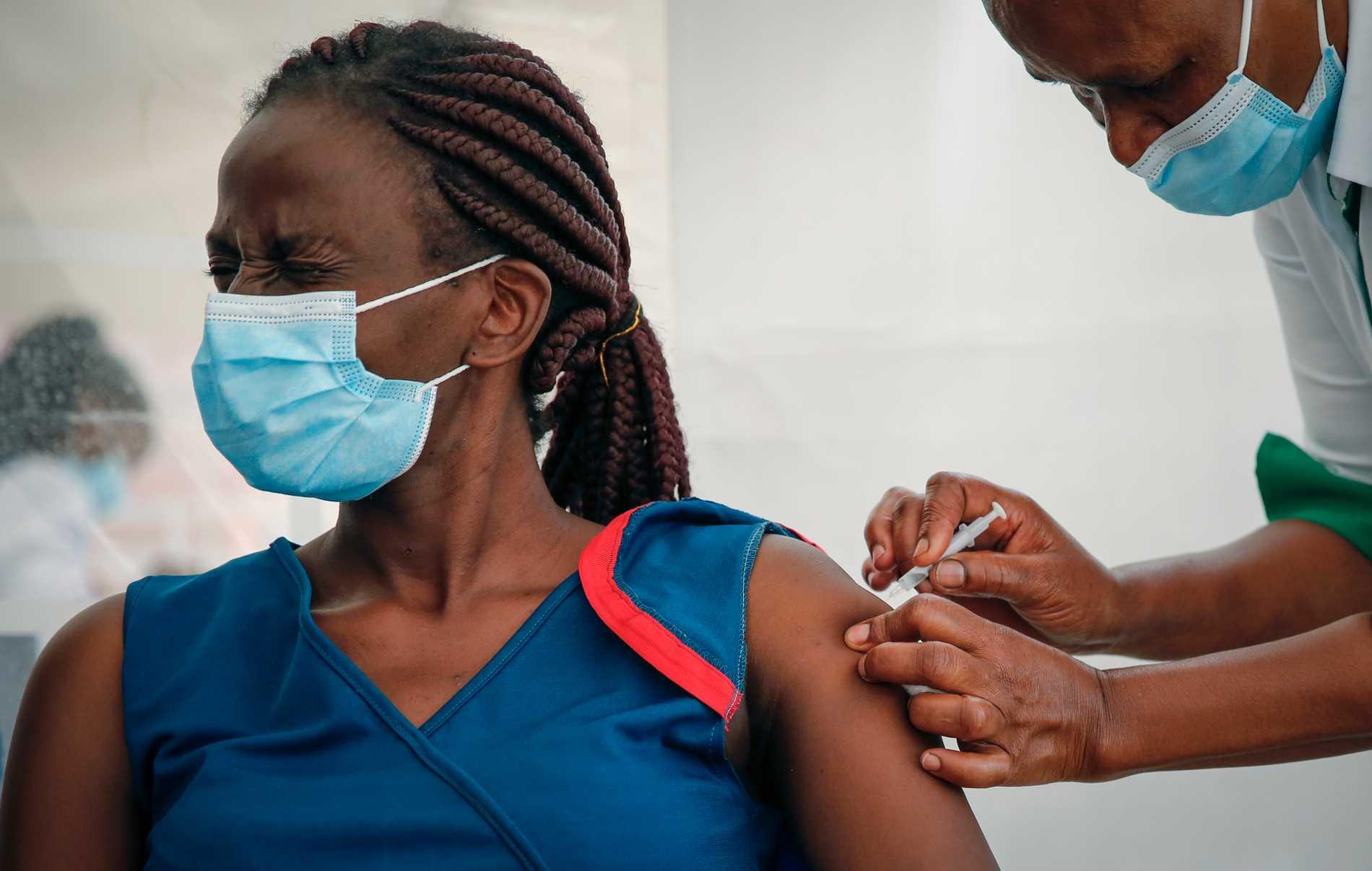 Vårdanställd får sin spruta av Astra Zenecas vaccin mot covid-19 i Kenya.