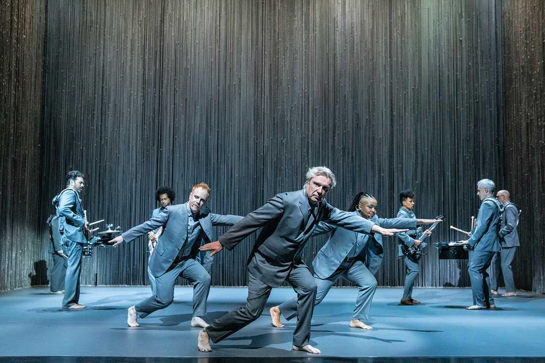 """Med """"American utopia"""" har David Byrne skapat en snyggt koreograferad show med lättfotat svängande versioner av låtar ur hela sin karriär."""