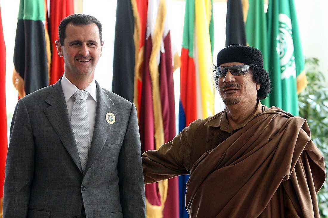 Här får Syriens president Bashar Assad en klapp på ryggen.