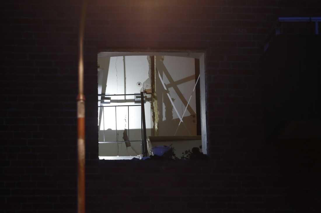 En explosion inträffade i en trappuppgång i västra Stockholm under lördagsnatten. Fönster har krossats och det är skador på flera lägenhetsdörrar. Ingen person har skadats, men en förundersökning om allmänfarlig ödeläggelse har inletts.