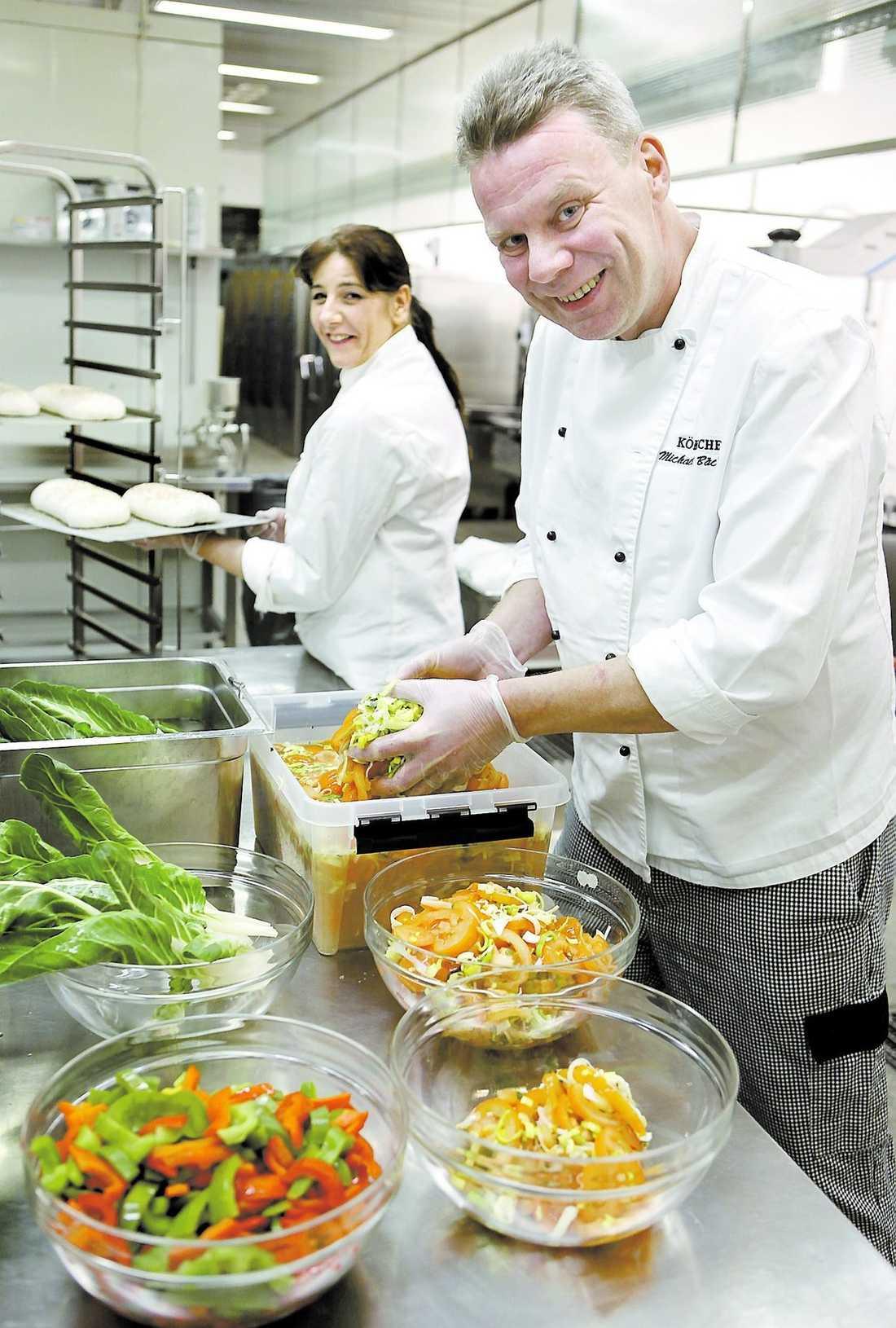 fräscha råvaror Nybakat bröd varje dag och egenhändigt rullade köttbullar. Det är två av ingredienserna i Michael Bäckmans framgångsrecept i köket på Annerstaskolan i Huddinge.