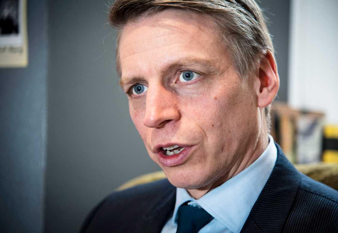 """Finansmarknads- och konsumentminister Per Bolund (MP) är starkt kritisk. """"Jag förstår att det sticker i ögonen på många, att bankerna gör så stora vinster och att man ser att marginalerna är så höga som de är"""", säger han."""