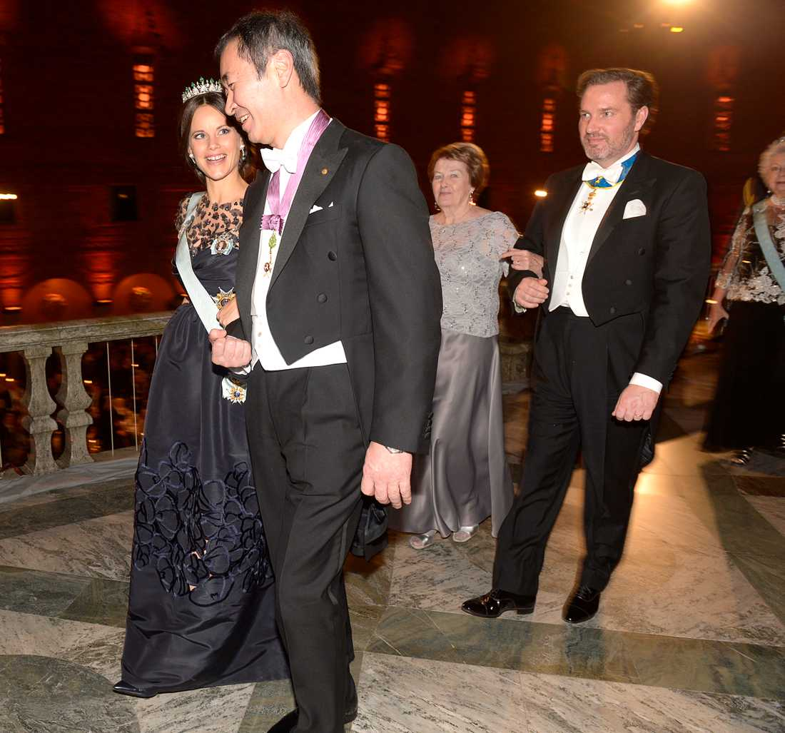 Prinsessan Sofia och fysikpristagaren Takaaki Kajita  lämnar  Blå Hallen .