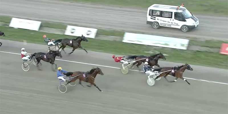 4 Hesiod och Ulf Ohlsson vann GS75–7  i Hamburg och gjorde Leif Söderberg, 49, ensam till alla rätt. Utdelningen: Tio miljoner kronor.