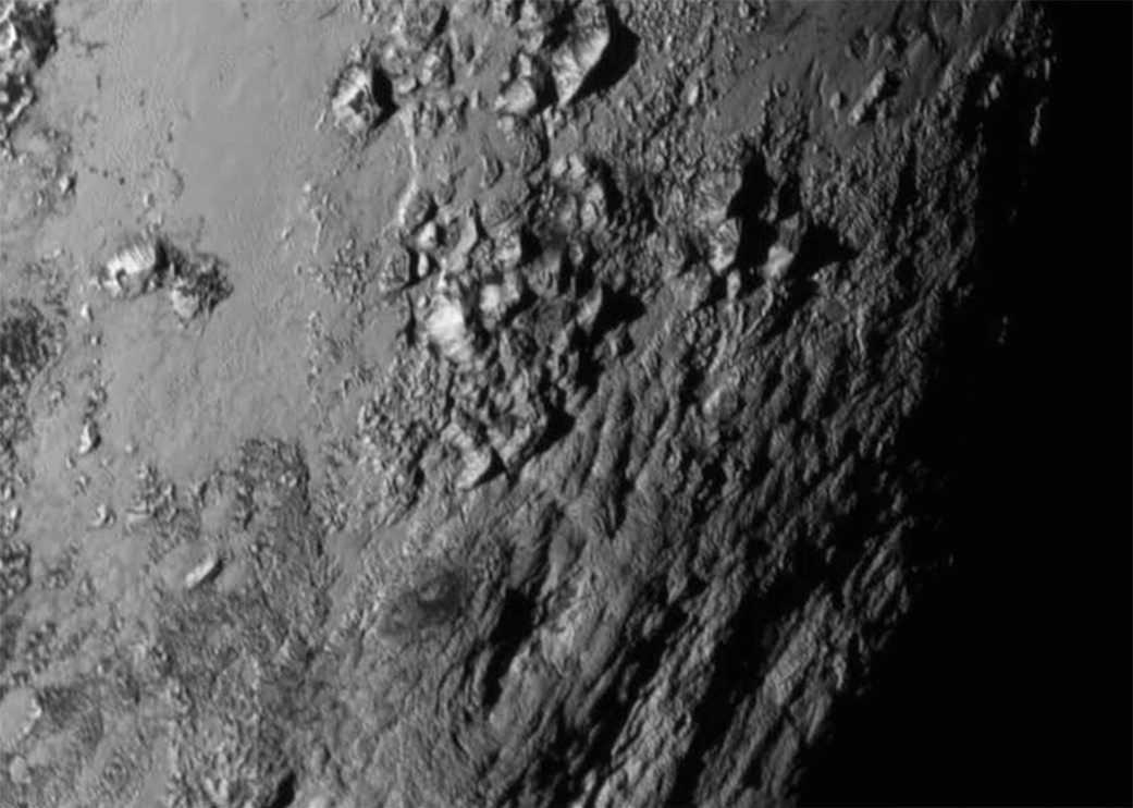 Närbilderna på Pluto avslöjar 3300 meter höga berg vid ekvatorn.