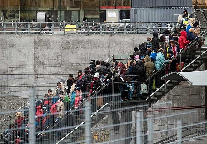 Flyktingar ankommer till Malmö hösten 2015. Petter Larsson har fel om att flyktingvågen skulle vara lönsam för Sverige, hävdar An Charlott Altstadt – och får svar direkt av Petter Larsson.
