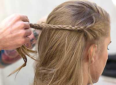 4 Gör två flätor av håret vid varje öra. Låt flätorna mötas på mitten av bakhuvudet.