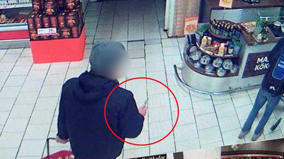 Mannen gick runt på ICA Maxi med kniven i handen.