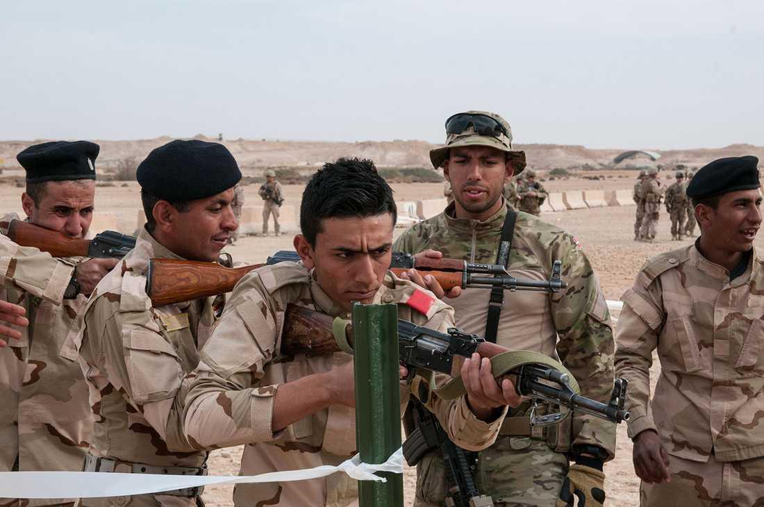 Irakiska soldater utbildas av en dansk instruktör.