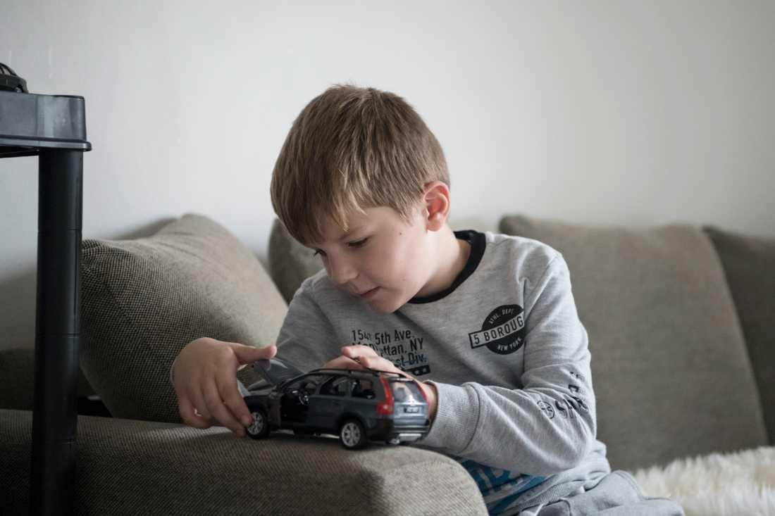 Sexåriga Denis mamma dog i våras. Hans pappa i Ukraina vill inte veta av honom. Nu ska han utvisas trots att hans mormor och morfar i Uppsala vill adoptera honom.
