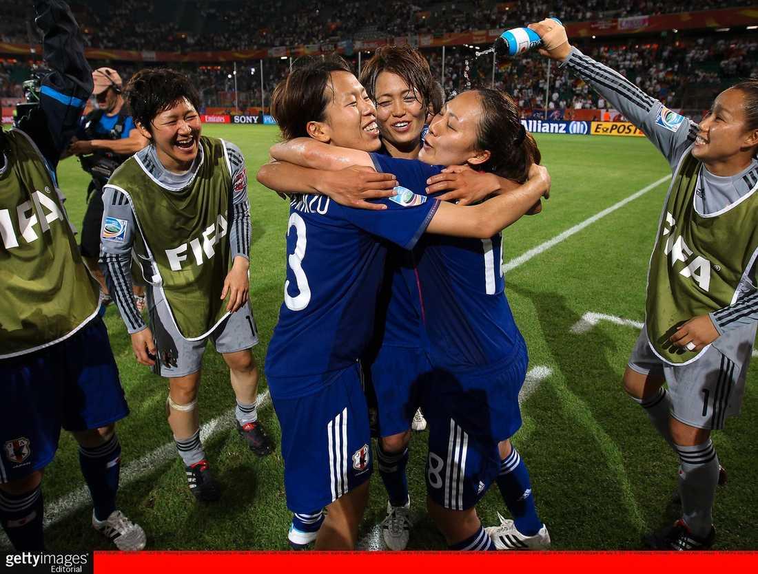Superskräll Tyskland var stora favoriter inför kvartsfinalen. Men Japan skrällde och slog ut värdnationen genom Karina Maruyamas mål i förlängningen.