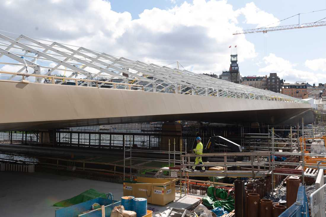 Den över 3 000 ton tunga bron som ska förbinda Södermalm och Gamla stan anlände till Stockholm på båt från Kina den 11 mars. Sedan dess har det arbetats hårt och noggrant för att få in stålkonstruktionen på sin exakta och slutliga plats.