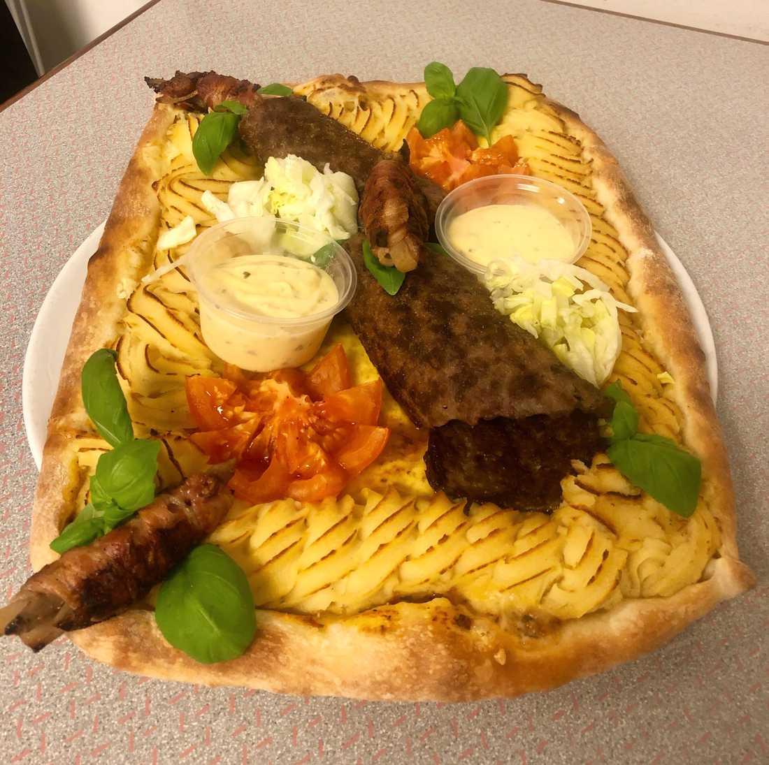 Plankstekspizzan som har allt man förväntar sig av en plankstek.