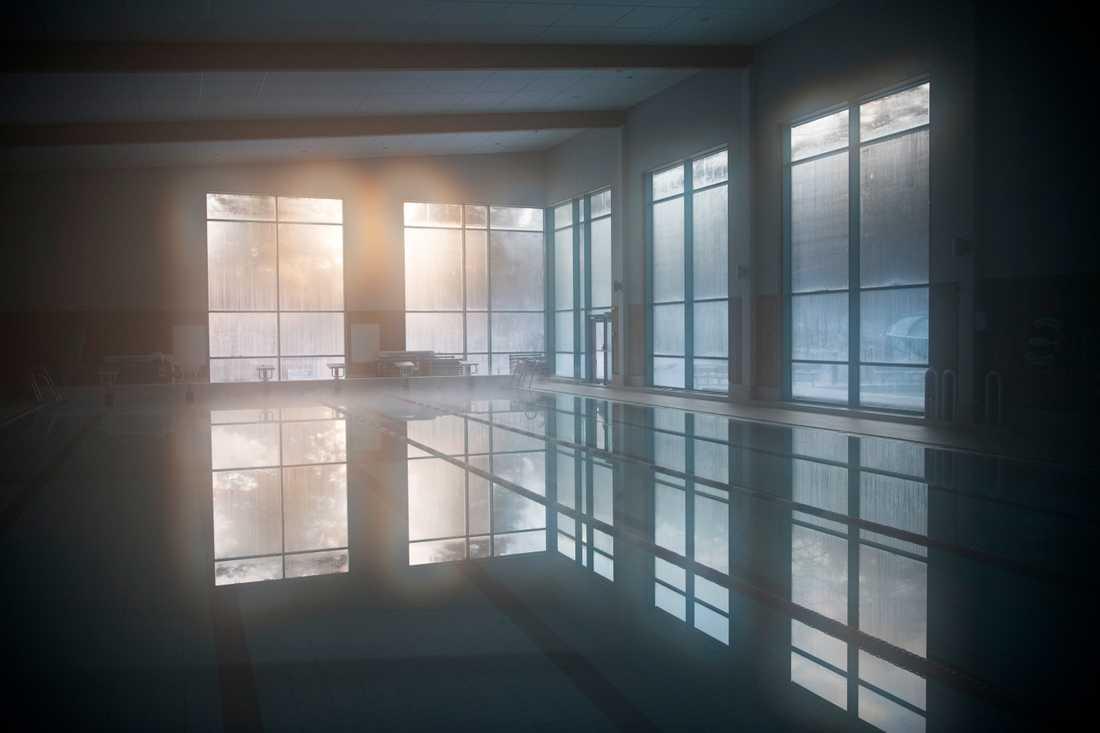 Gustavsbergsbadet hålls stängt. Det ryker från bassängerna när vattenångan möter den kalla luften.