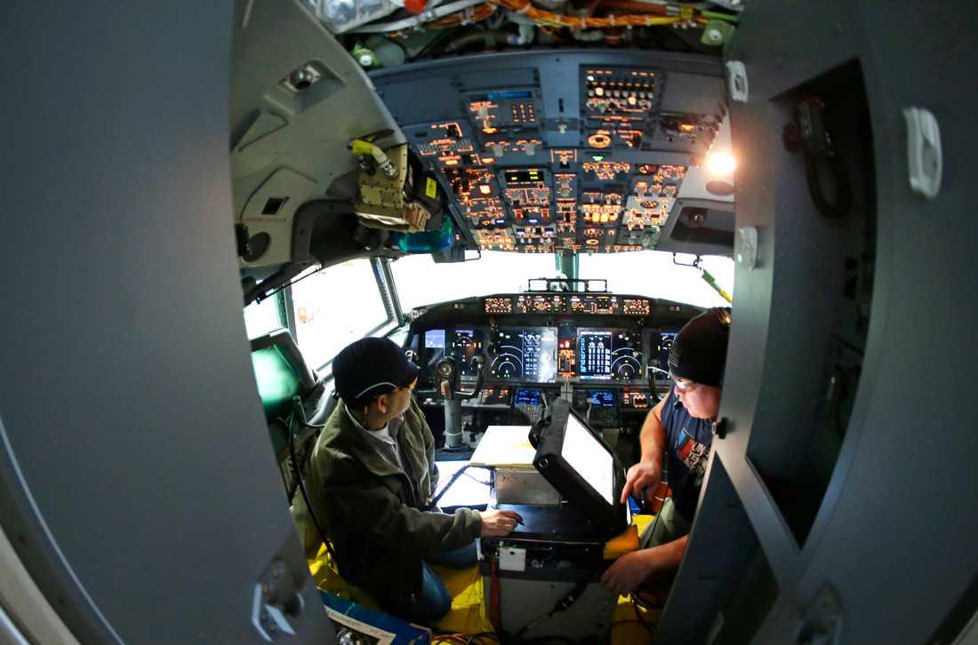 Arbetare i cockpiten på ett Boeing 737 Max-plan.