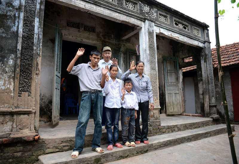 Trungs familj har Linnea att tacka för pojkens liv och för att han, när han blir äldre, kan hjälpa till att försörja familjen. De lever fattigt på den vietnamesiska landsbygden.