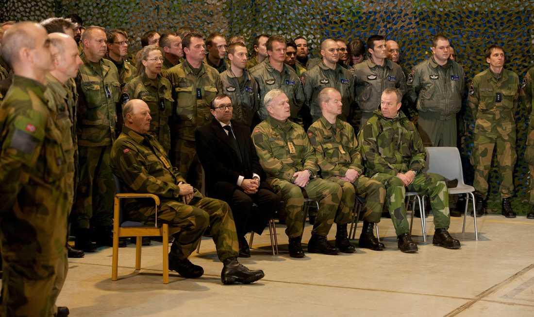 Norges kung Harald var på plats vid minnesceremonin på Evenes militärflygplats.