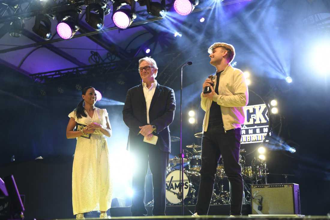 Klas Bergling tog emot priset av Alice Bah Kuhkne tillsammans med Sandro Cavazza.