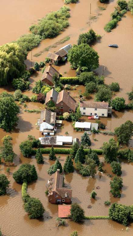 Engelska Tewkesbury står fortfarande under vatten.