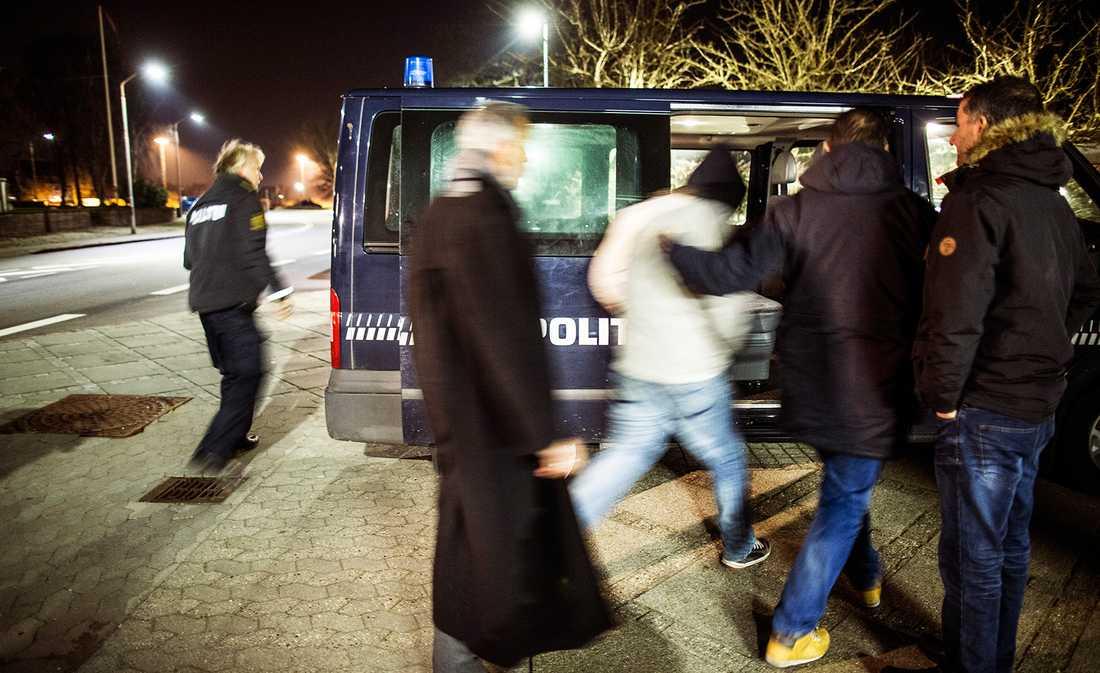Två migranter tas med efter kontroll på ett ankommande tåg från Tyskland till Danmark.