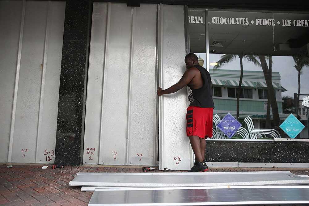 I Florida bommar man butiker och förbereder sig för Matthews ankomst